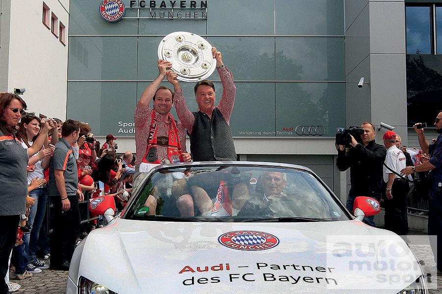 FC-Bayern-Muenchen-Autokorso-Audi-R8-Spyder